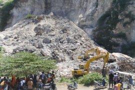 Pencarian korban longsor batu kapur