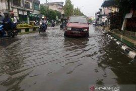 Diguyur hujan, jalan protokol di Tanjungbalai terendam