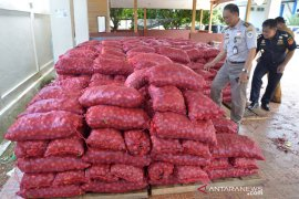 Bea Cukai hibahkan 20 ton bawang untuk masyarakat prasejahtera