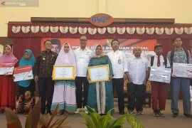 Mensos serahkan bantuan PKH untuk warga Bekasi