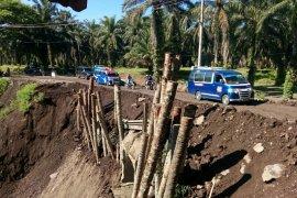 Akses jalan di Tanah Jawa Simalungun yang longsor masih untuk mobil kecil