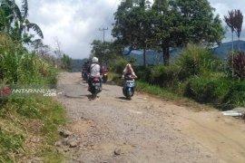 Masyarakat keluhkan kerusakan jalan wisata Bukit Kaba yang tak kunjung diperbaiki