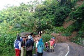 Longsor tutup jalan Bandung-Garut lintas Talegong