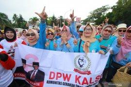 Emak-emak voters for Prabowo-Sandi take a healthy walk