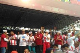 Yuni Shara pimpin massa bernyanyi jelang kedatangan Jokowi di Tangerang