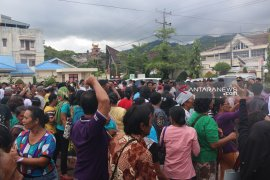 Suasana ricuh di depan kantor PN Sibolga, usai sidang mantan Bupati Tapteng