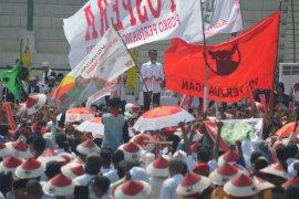 Jokowi memperkenalkan tiga kartu sakti di Karawang