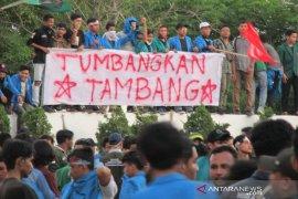 Ribuan mahasiswa pendemo tambang bertahan di kantor Gubernur