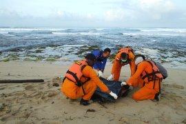 Wisatawan terseret ombak ditemukan sudah tewas di Pantai Karang Papak