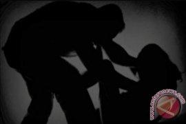 Usai dicabuli ayah tiri, sang anak ngadu sambil menangis ke ibunya