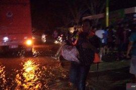 Petugas gabungan evakuasi korban banjir di Pamekasan