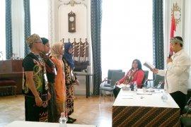 Pemilu di Hongaria dimeriahkan  baju tradisional Indonesia