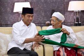Jokowi dapat hadiah dari dua ulama