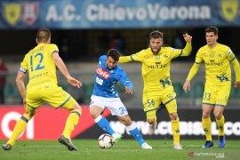 Napoli pastikan Chievo terjungkal ke Serie B dan pangkas jarak dari Juventus