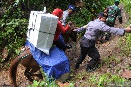 Distribusi logistik Pemilu menggunakan kuda
