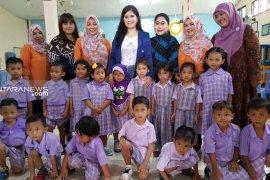 Anissa Pohan bantu alat peraga edukatif di PAUD Melati Surabaya