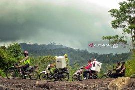 Polres Lumajang kawal distribusi logistik membelah lereng Gunung Semeru
