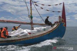 Distribusi logistik pemilu daerah terpencil Situbondo gunakan perahu (Video)