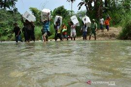 Distribusi logistik Pemilu ke TPS terpencil