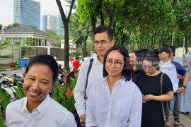 Menteri Rini dan kedua anaknya gunakan hak suaranya di TPS Patra Jasa
