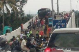 Sehari dua bus rem blong di jalur puncak, 15 orang terluka