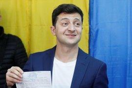 Pelawak memenangi pemilihan presiden di Ukraina