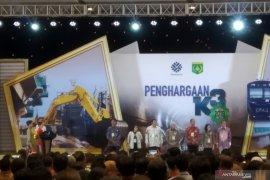 Menaker anugerahkan penghargaan K3 kepada 17 gubernur.