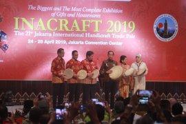 Jokowi belanja batik Jambi di Inacraft 2019