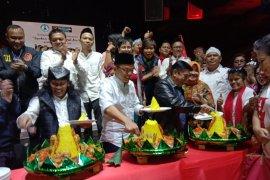 Relawan Jokowi-Ma'ruf Amin potong tumpeng rayakan kemenangan hitung cepat