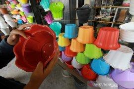 Pedagang Gorontalo beralih jual pot bunga plastik