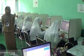 Siswa SMPN 3 Pamukan Selatan, Kotabaru menumpang UNBK di sekolah lain