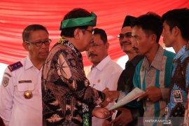Menteri Sofyan Djalil Menyerahkan 6000 Sertifikat Tanah di Kalbar