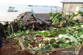 Warga terdampak longsor di Matasirih Kotabaru mengungsi ke kapal kursen