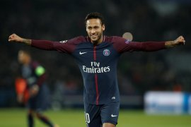 Neymar dihukum gara-gara berseteru dengan fans