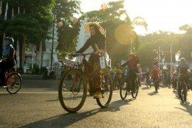 Peringati Hari Kartini, Perempuan Banyuwangi Bersepeda Kenakan Kebaya