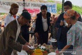 Ratusan pemulung TPA Burangkeng Bekasi gelar syukuran atas kemenangan Jokowi