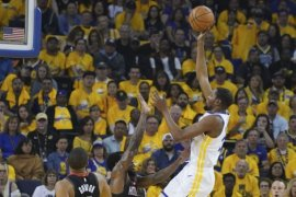 Durant pimpin Warriors terkam Rockets 104-100