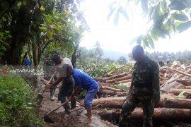 TNI dan warga bqngun alur alternatif jalan menuju Kulawi-Sigi
