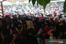 Warga lokal Bekasi minta diperhatikan  tentang kesempatan kerja