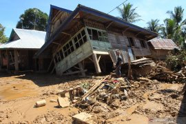 Gubernur minta perbaikan rumah pasca bencana dipercepat