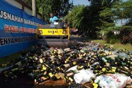 Ribuan botol minuman keras sitaan Polres  Karawang dimusnahkan