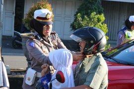 Polres Majalengka memberikan helm gratis pada operasi keselamatan