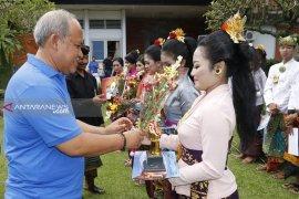 Sekda Bangli berdendang ketika buka lomba lagu pop Bali