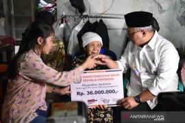 Ketua KPU Arief Budiman serahkan santunan anggota KPPS yang wafat