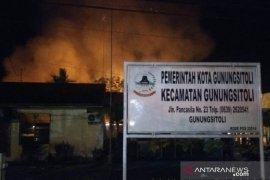 Kantor Camat Gunungsitoli dan logistik Pemilu terbakar