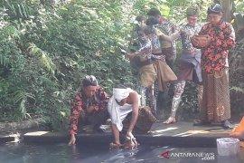 """""""Bajong Banyu"""" tradisi perang air sambut Ramadhan di Magelang"""