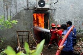 Pemadaman api di gudang sembako
