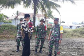 TNI bantu bersihkan abrasi pantai Aceh Barat
