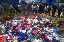 Satgas Pamtas dan Bea Cukai Entikong musnahkan barang-barang ilegal