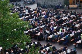 Umat Muslim Belanda dan warga Utrecht menikmati iftar
